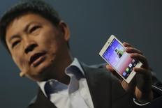 El CEO de Huawei, Richard Yu, sostiene el Ascend P7, lanzado por Tecnologías Huawei en Paris. Imagen de archivo, 7 mayo, 2014. Puede que Apple haya decepcionado a muchos consumidores al no poner una cubierta de zafiro en la pantalla de su nuevo iPhone, pero el material resistente a las rayaduras está entrando gradualmente en los dispositivos móviles avanzados a pesar de los retos de fabricación y de su elevado costo. REUTERS/Philippe Wojazer