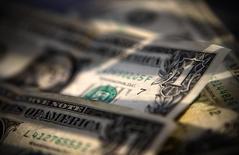 Долларовые банкноты в Торонто 26 марта 2008 года. Доллар в среду достиг шестилетнего максимума к иене, обрушив по пути австралийский доллар и несколько валют развивающихся стран, что стало очередным доказательством долгожданного возвращения волатильности на крупнейший мировой финансовый рынок. REUTERS/Mark Blinch