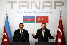 Президент Азербайджана Ильгам Алиев (слева) и премьер-министр Турции Тайип Эрдоган на пресс-конференции в Стамбуле 26 июня 2012 года. Трансанатолийский газопровод TANAP выйдет на максимальную проектную мощность в объеме 31 миллиард кубометров в год к 2026 году, считает первый вице-президент ГНКАР Хошбахт Юсифзаде. REUTERS/Murad Sezer