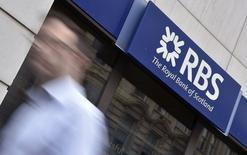 """Royal Bank of Scotland et Lloyds Banking Group, toutes deux basées à Edimbourg, annoncent qu'elles déplaceront leur siège social à Londres en cas de victoire du """"oui"""" au référendum du 18 septembre sur l'indépendance de l'Ecosse. /Photo prise le 27 août 2014/REUTERS/Toby Melville"""