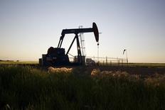 Станок-качалка близ Калгари 21 июля 2014 года. Цены на нефть Brent упали до 17-месячного минимума ниже $97 за баррель за счет стабильных поставок на мировой рынок при слабом спросе. REUTERS/Todd Korol