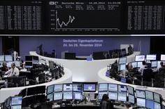 Un grupo de operadores en la bolsa alemana en Fráncfort, sep 10 2014. Las acciones europeas cerraron el jueves en baja, tras datos que mostraron que el número de estadounidenses que solicitaron subsidio por desempleo subió inesperadamente la semana pasada.     REUTERS/Remote/Stringer