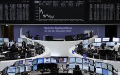 Les Bourses européennes évoluent en ordre dispersé et dans des marges étroites vendredi à mi-séance, la prudence dominant à l'approche du référendum sur l'indépendance de l'Ecosse et de la réunion de politique monétaire de la Réserve fédérale américaine. À Paris, le CAC 40 est quasi inchangé (-0,05%). À Francfort, le Dax cède 0,22% et à Londres, le FTSE avance de 0,22%. /Photo prise le 12 septembre 2014/REUTERS