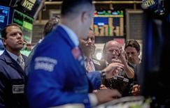 Le Dow Jones a fini vendredi en baisse de 0,36% à 16.987,63 points, des chiffres susceptibles de varier encore légèrement. /Photo prise le 12 septembre 2014/REUTERS/Brendan McDermid