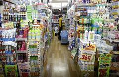 A Tokyo. Le Premier ministre japonais Shinzo Abe ne sait pas encore s'il confirmera une nouvelle hausse de la TVA au Japon en 2015, ou s'il repoussera son application. La décision reposera sur les indicateurs économiques du troisième trimestre.  /Photo prise le 28 mai 2014/REUTERS/Yuya Shino