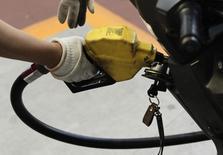 Un empleado pone gasolina a una motocicleta en una estación de SK Energy en Seoul. Imagen de archivo, 26 junio, 2012. Las exportaciones de condensados de petróleo ultra liviano de Estados Unidos continuarán por tercer mes y dos cargamentos serán preparados en septiembre para su envío a Europa y Corea del Sur, dijeron dos fuentes el lunes. REUTERS/Woohae Cho