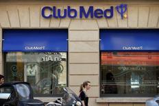 Club Méditerranée, dont la cotation avait été suspendue vendredi à la demande de l'AMF, s'adjuge 5,59% à 22,46 euros, à 13h40, quand le CAC 40 cède 0,1% à 4.437,5 points. Le marché parie sur une poursuite de la bataille engagée avec l'italien Andrea Bonomi pour le contrôle du groupe de loisirs. /Photo d'archives/REUTERS/Benoît Tessier