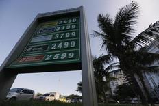 Imagen de archivo de una gasolinera de Petrobras en la playa de Copacabana en Río de Janeiro, nov 29 2013. Brasil realizará su decimotercera ronda de subasta de derechos petroleros en el primer semestre del próximo año, dijo un alto funcionario del Ministerio de Energía y Minas.  REUTERS/Ricardo Moraes