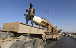 Боевик ИГИЛ на параде в сирийской провинции Ракка 30 июня 2014 года. Сторонник боевиков Исламского государства предупредил о возможности нападения на США и их союзников в случае, если они продолжат военные действия против этой группировки, которая уже захватила значительные территории в Ираке и Сирии, сообщила служба контроля SITE. REUTERS/Stringer