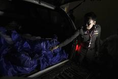 Сотрудник полиции рядом с телами убитых на острове Тау британцев в Бангкоке 16 сентября 2014 года. Иностранные туристы не всегда могут чувствовать себя в Таиланде в такой же безопасности, как дома, сказал премьер-министр Таиланда после убийства двух британцев на популярном курорте - острове Тау в Сиамском заливе. REUTERS/Athit Perawongmetha