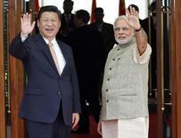 Presidente da China, Xi Jinping, e premiê da Índia, Narendra Modi, antes de encontro em Ahmedabad. 17/09/2014 REUTERS/Amit Dave