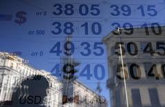 Курсы валют в пункте обмена валюты в Санкт-Петербурге 16 сентября 2014 года. Рубль завершил торги среды укреплением к бивалютной корзине и ее компонентам, изначальный вклад в которое внесло решение Банка России запустить валютные свопы по продаже долларов за рубли, а стабилизация курса после утреннего отскока была связана с ожиданиями решения ФРС и ставкой на неизменность политики американского регулятора. REUTERS/Alexander Demianchuk