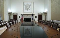 Imagen de archivo de la mesa de conferencias del gobernador de la Reserva Federal en la sede del banco central estadounidense en Washington, feb 3 2014. El siguiente es el comunicado entregado el miércoles por el Comité Federal de Mercado Abierto de la Reserva Federal de Estados Unidos (FOMC, por sus siglas en inglés) después de una reunión de dos días.   REUTERS/Jim Bourg