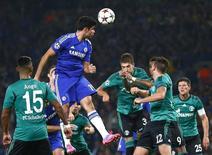 Diego Costa cabeceia em jogo do Chelsea com o Schalke 04.  REUTERS/Andrew Winning