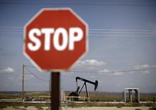 Станок-качалка на нефтяном месторождении в Калифорнии 3 апреля 2010 года. Цены на нефть снижаются под давлением сильного доллара и значительного повышения запасов нефти в США. REUTERS/Lucy Nicholson
