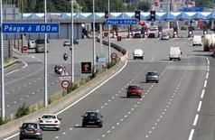 """Les sociétés françaises d'autoroutes affichent une rentabilité """"exceptionnelle"""" qui ne se justifie """"ni par leurs coûts ni par les risques auxquels elles sont exposées"""", estime l'Autorité de la concurrence. /Photo d'archives/REUTERS/Pascal Rossignol"""