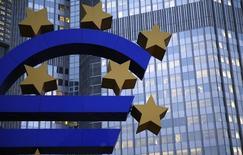 Символ евро у здания ЕЦБ во Франкфурте-на-Майне 5 ноября 2013 года. Европейский Центробанк в четверг впервые выдал банкам новые четырехлетние кредиты, являющиеся флагманским инструментом новой программы стимулов, которая, как он надеется, предотвратит дефляцию и оживит экономику еврозоны. REUTERS/Kai Pfaffenbach
