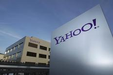 Un logo de Yahoo afuera de sus oficinas en Rolle, al este de Ginebra. Imagen de archivo, 12 diciembre, 2012. La esperada oferta pública inicial de acciones de Alibaba Group Holding Ltd dará a Yahoo Inc miles de millones de dólares para una posible ola de compras que los inversores esperan que reactiven su retorno. REUTERS/Denis Balibouse