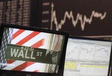 Wall Street a ouvert en hausse dans le sillage de la Réserve fédérale et après l'annonce d'un recul bien plus marqué que prévu des inscriptions hebdomadaires au chômage. Quelques minutes après l'ouverture, le Dow Jones gagnait 0,17%, le Standard & Poor's 500 progressait de 0,21% et le Nasdaq prenait 0,3%. /Photo d'archives/REUTERS/Ralph Orlowski