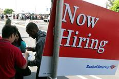 Un anuncio de empleo en un una feria laboral en Los Angeles, ago 31 2011. El número de estadounidenses que presentaron nuevas solicitudes de subsidios estatales por desempleo cayó más a lo esperado la semana pasada, lo que sugiere que una fuerte desaceleración en el crecimiento del empleo probablemente fue una anomalía. REUTERS/Jonathan Alcorn