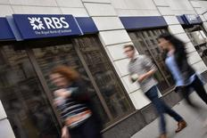 """Royal Bank of Scotland et Lloyds Banking Group ont réaffirmé vendredi leur engagement envers l'Ecosse après la victoire du """"non"""" au référendum sur l'indépendance. Les deux banques, basées à Edimbourg, faisaient partie de cinq établissements qui menaçaient de déménager leur siège social ou certaines opérations en Angleterre en cas de victoire des indépendantistes. /Photo prise le 27 août 2014/REUTERS/Toby Melville"""