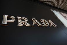 Prada a fait état vendredi d'un repli de 20,6% de son bénéfice net au premier semestre, le groupe de luxe italien ayant pâti, comme l'ensemble du secteur, d'un ralentissement de la demande, notamment en Chine, et d'effets de change défavorables.. /Photo d'archives/REUTERS/Tyrone Siu