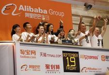 Representantes de Alibaba aplauden al inicio de operaciones del mercado en la bolsa de Wall Street en Nueva York, sep 19 2014. Las acciones de la minorista china Alibaba abrirían con un precio de entre 88 y 90 dólares por papel en el inicio de su cotización en la Bolsa de Nueva York, lo que implicaría un alza de más de un 25 por ciento con relación al precio de colocación de 68 dólares, de acuerdo a datos recopilados por Reuters.      REUTERS/Lucas Jackson