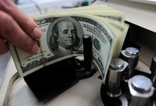 L'actif qui a réalisé la plus belle percée ces derniers temps est le dollar et s'il continue comme ça, ce sera une mauvaise nouvelle pour les bénéfices des multinationales. /Photo d'archives/REUTERS/Sukree Sukplang