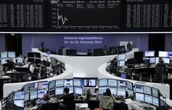Торги на фондовой бирже во Франкфурте-на-Майне 16 сентября 2014 года. Европейские фондовые рынки снижаются на фоне усиления опасений по поводу темпов роста китайской экономики, которые влияют на котировки сырьевых компаний. REUTERS/Remote/Stringer