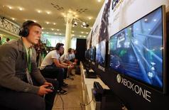 Microsoft a repoussé du 23 au 29 septembre le lancement en Chine de la Xbox One, qui fera du géant américain le premier fabricant étranger à commercialiser une console de jeux depuis la levée de l'interdiction frappant ces appareils. /Photo d'archives/REUTERS/Wolfgang Rattay