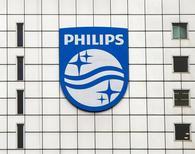 El logo de Philips en la sede la compañía holandesa en Amsterdam. Imagen de archivo, 28 de enero de 2014. Philips dijo el martes que dividirá en dos a la empresa de 120 años de antigüedad, creando un negocio independiente de iluminación y fusionando las divisiones de servicios de salud y de aparatos de consumo en un negocio de 15.000 millones de euros. REUTERS/Toussaint Kluiters/United Photos