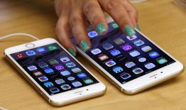 Unos teléfonos iPhone6 Plus y iPhone6 a la venta en una tienda de Apple en Sídney, sep 19 2014. El iPhone 6 de Apple está en la fase final de su revisión para ser aprobado en China, con los resultados a punto de conocerse, aseguró un alto funcionario local en una entrevista publicada el martes en el portal de internet Tencent.    REUTERS/David Gray