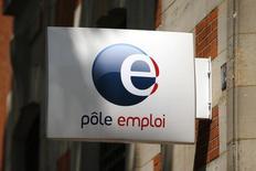 Le nombre de chômeurs inscrits en catégorie A (sans aucune activité) a baissé de 0,3% au mois d'août, soit 11.100 personnes de moins, annonce mercredi France 2, à quelques heures de la publication des chiffres. /Photo prise le 24 juillet 2014/REUTERS/Benoit Tessier