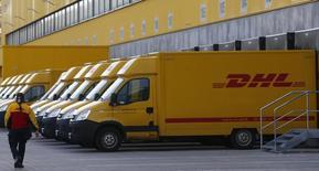Camiones estacionados en el centro de distribución de la compañía de logística alemana DHL en Berlín. Imagen de archivo, 12 noviembre, 2013. DHL utilizará un drone para entregar encomiendas en la isla alemana de Juist, en lo que asegura es la primera vez que se autoriza un dispositivo volador no tripulado para hacer repartos en Europa. REUTERS/Tobias Schwarz