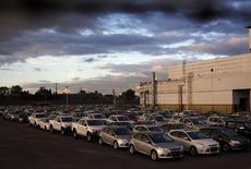 Vehículos nuevos almacenados en el estacionamiento de la compañía Ford en Pacheco, Argentina, mayo 22 2014. La producción industrial argentina registró una caída interanual de un 9,7 por ciento en agosto como resultado de la merma de la actividad en el sector automotor y metalmecánico, según un reporte privado publicado el miércoles. REUTERS/Marcos Brindicci