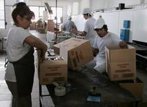 Imagen de archivo de unos trabajadores en la planta panificadora Grissinopoli en Buenos Aires, sep 15 2011. La economía de Argentina habría caído un 0,7 por ciento en la medición interanual de julio y acumularía su quinto mes sin avances, afectada principalmente por la contracción en la actividad industrial y en el consumo, según el promedio de un sondeo de Reuters. REUTERS/Martin Acosta