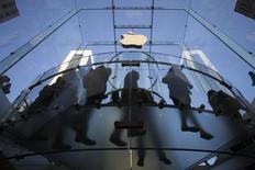 Imagen de archivo de una fila de clientes frente a la tienda de Apple en la quinta avenida de Nueva York, sep 19 2014. Apple retiró una actualización de su último sistema operativo iOS 8 tras reportes de caídas en su servicio de celulares.    REUTERS/Adrees Latif