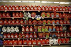 Imagen de archivo de botellas de detergente de Procter & Gamble en una tienda de la cadena Ralphs en Pasadena, EEUU, ene 24 2013. El mayor fabricante mundial de productos para el hogar, Procter & Gamble, y el gigante juguetero Hasbro están en el centro de una investigación sobre posible elusión de impuestos en México que podría costarle cientos de millones de dólares a las empresas, dijeron fuentes a Reuters. REUTERS/Mario Anzuoni