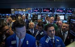 Unos operadores en la bolsa de Wall Street en Nueva York. La preocupación acerca de cuándo y con qué rapidez subirán las tasas de interés en Estados Unidos podría limitar las ganancias de las acciones en los próximos meses, mientras que un sondeo de Reuters vaticinó que el índice S&P 500 terminará el año ligeramente al alza. REUTERS/Brendan McDermid