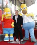 "Groening, criador de ""Os Simpsons"", ao lado dos personagens Homer e Bart Simpson em Hollywood. 14/02/2012  REUTERS/Mario Anzuoni"