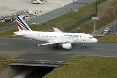 En la imagen, un avión Airbus A319 de Air France aterriza en el aeropuerto Charles de Gaulle. REUTERS/Charles Platiau.   Los pilotos de Air France decidieron poner fin a una huelga de dos semanas que paralizó a la aerolínea francesa, informó a Reuters el domingo un dirigente sindical.