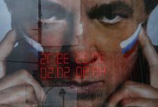 Вывеска обменного пункта отражается в рекламном щите в Москве 29 сентября 2014 года. Рубль достиг новых исторических минимумов к доллару США и бивалютной корзине на торгах понедельника из-за спроса на американскую валюту, как внешнего так и внутреннего, а также на фоне низких нефтяных цен. REUTERS/Maxim Shemetov