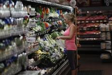 Una mujer realizando compras al interior de un supermercado de la cadena Walmart en Rogers, EEUU, jun 6 2013. La confianza del consumidor estadounidense bajó en septiembre al menor nivel desde mayo por las preocupaciones acerca del mercado laboral y el crecimiento económico, de acuerdo con un reporte del sector privado divulgado el martes.     REUTERS/Rick Wilking
