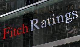 """Una bandera se refleja en una ventana en las oficinas de Fitch en Nueva York. Imagen de archivo, 06 febrero, 2013. La agencia Fitch mantuvo el martes la calificación crediticia de Perú en """"BBB+"""", dentro del grado de inversión, debido a que la coherencia en las políticas del país minero ha permitido un alto crecimiento y estabilidad macroeconómica. REUTERS/Brendan McDermid"""