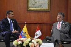 Juan Manuel Santos y Ollanta Humala en una reunión bilateral en Bogotá. Imagen de archivo, 29 abril, 2014. Los gobiernos de Colombia y Perú firmaron el martes 11 convenios para promover una mayor integración e incentivar proyectos conjuntos para el desarrollo de su frontera amazónica, tras culminar la primera reunión de sus gabinetes de ministros. REUTERS/Javier Casella/Colombian Presidency/Handout via Reuters   ESTA IMAGEN FUE ENTREGADA POR UNA TERCERA PARTE