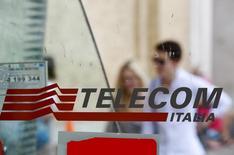 Pessoas passam atrás de um logotipo da Telecom Italia em Roma. REUTERS/Max Rossi