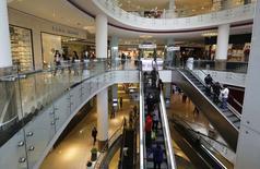 Unas personas al interior del centro comercial Real Plaza Salaverry de Lima, sep 23 2014. La economía peruana crecería alrededor de un 3,5 por ciento o menos este año, menos que una previsión oficial anterior de un 4,2 por ciento, por lo que el Gobierno profundizará su plan para reactivar la actividad productiva local, dijo el miércoles el ministro de Economía, Alonso Segura.  REUTERS/ Mariana Bazo