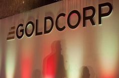 El logo de Goldcorp durante una reunión en una convención en Vancouver. Imagen de archivo, 18 mayo, 2011.  La minera canadiense Goldcorp espera producir alrededor de un millón de onzas de oro en México en 2014, lo que representa cerca de un tercio de su producción global estimada para el año, dijo el miércoles un ejecutivo de la firma. REUTERS/Ben Nelms