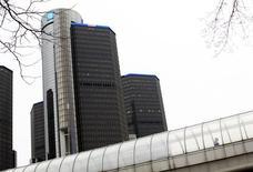 Un hombre camina dentro de un puente frente a las oficinas principales de General Motors en Detroit. Imagen de archivo, 03 diciembre, 2013. General Motors Co dijo el miércoles que espera lograr en el 2016 su primera ganancia en Europa en más de una década y anticipó también que alcanzará su objetivo de márgenes operativos en Norteamérica durante ese año. REUTERS/Joshua Lott