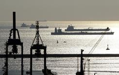 Танкеры на якорях близ Марселя 27 октября 2010 года. Цены на нефть Brent держатся чуть выше $94 за баррель и близки к минимальному уровню более чем за два года за счет высокого предложения при слабом спросе в Европе и Китае REUTERS/Jean-Paul Pelissier